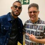 "Wendel Bezerra é apresentado a Marlon Wayans no ""The Noite""."
